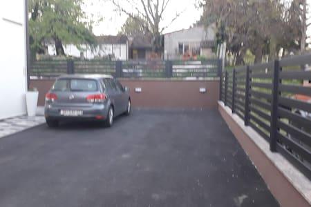 Besplarno parking mijesto  dobro osvijetljeno