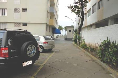 Acesso pelo estacionamento e pela portaria da avenida da praia. Caminho plano até a entrada do prédio. No prédio, acesso por escadas pela frente e rampa pelos fundos.