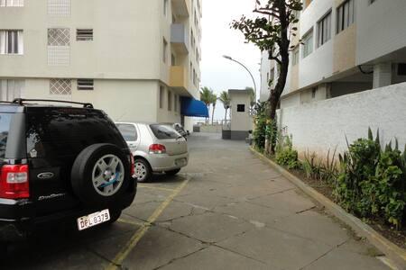 Acesso pelo estacionamento e pela entrada principal na rua da praia sem degraus.
