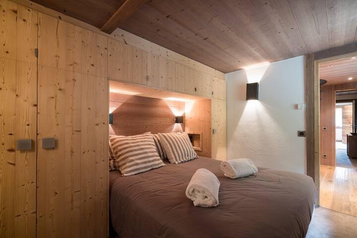 Chambre décoré avec soin pour allier votre séjour avec confort et élégance. cette chambe est accompagnée de sa salle de bain et WC. Beaucoup d'espace de rangement. Les lits seront préparés à votre arrivée et linge de bain a disposition.
