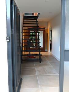 entree en hal, geen drempels, beneden verdieping loopt door tot bijkeuken, vloerverwarming behalve in slaapkamer