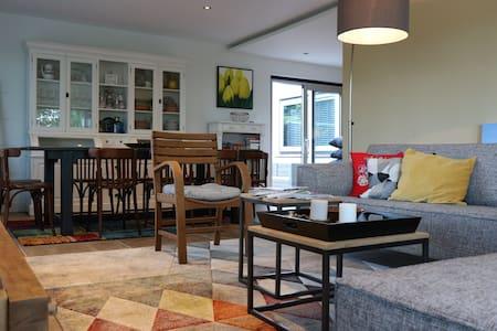 De hal, de slaapkamer, de keuken en woonkamer zijn gelijkvloers, geen drempels, trapjes of verhogingen