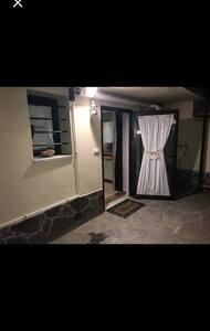 Per entrare in casa ci sono due scalini e anche per entrare in bagno, forniamo però una piccola rampa per facilitare l'accesso.