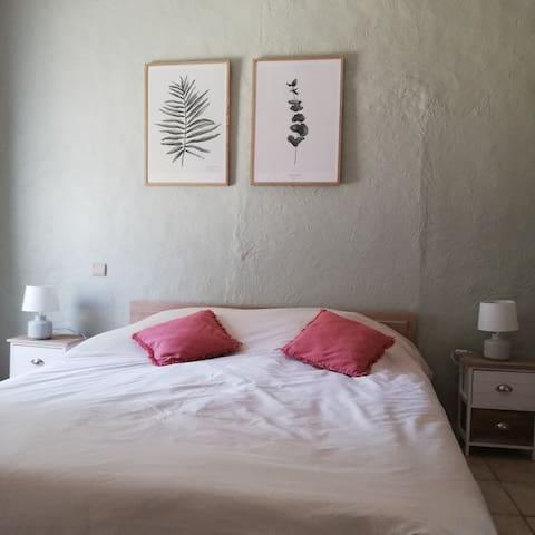 Chambre en rez-de-chaussée. Nouveautés 2020 : peinture, déco. Nouveautés 2021 : passage du lit 140 en 160, couette, linge de lit, oreillers