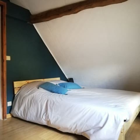 Nouveauté 2021 : chambre avec lit en 140, peinture du mur, table de chevet et lampe, linge de lit et oreillers