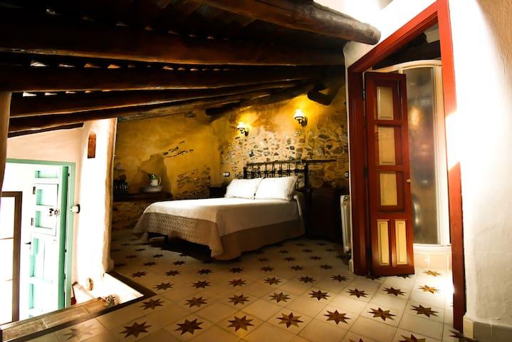 Habitación 4. Con dos camas individuales, una cama individual, baño privado, zona de trabajo y televisión.