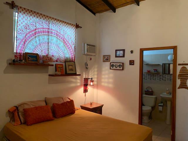 habitación principal cama de 2 plazas con baño privado