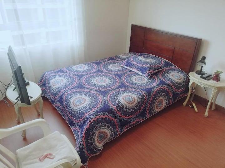 Habitación con cama doble y baño privado