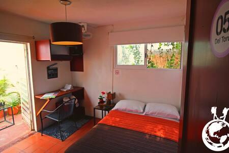 Habitación Privada con cama matrimonial y puerta a la Terraza