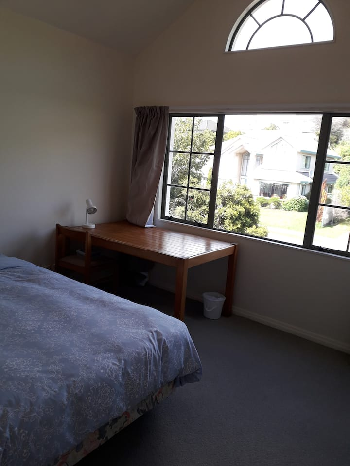 5 minutes walk bus stop  15 minutes to CBD by car