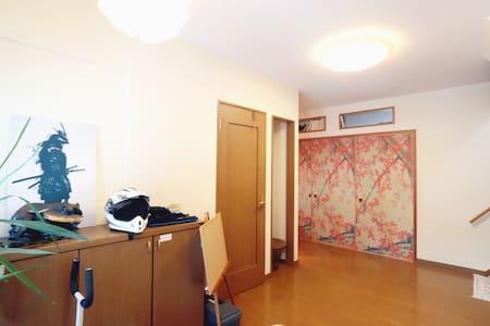 玄関は広く、紅葉の襖を開けると和室です。段差はありません。