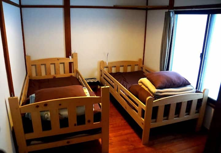 Kadoya Backpackers Base -twin room