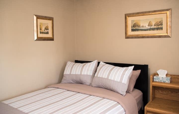 Habitacion cama doble y refri en la pequeña Italia