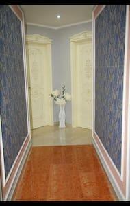 La foto mostra il corridoio e due porte che sono le vostre camere