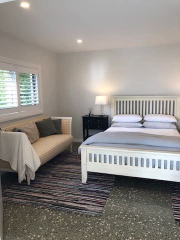 Queen bed.  Note: we can provide a single mattress or a portacot if required for a baby or a child. Please contact us to confirm.