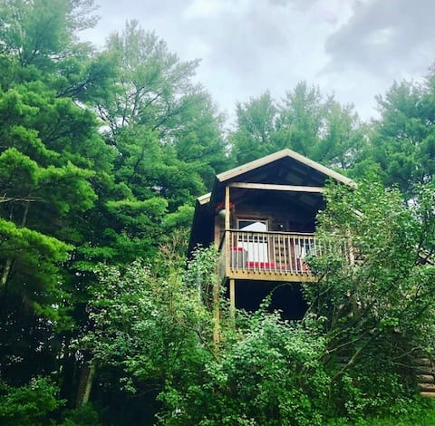 Enchanted ForRest Treehouse (Waterfront Property)