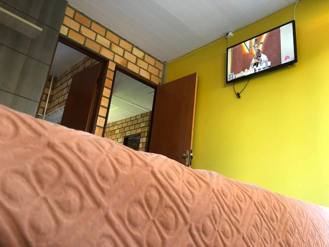 """Nossa Suíte, com varanda, uma confortável cama de casal, SPLIT e TV de LED, 32"""". Show!"""