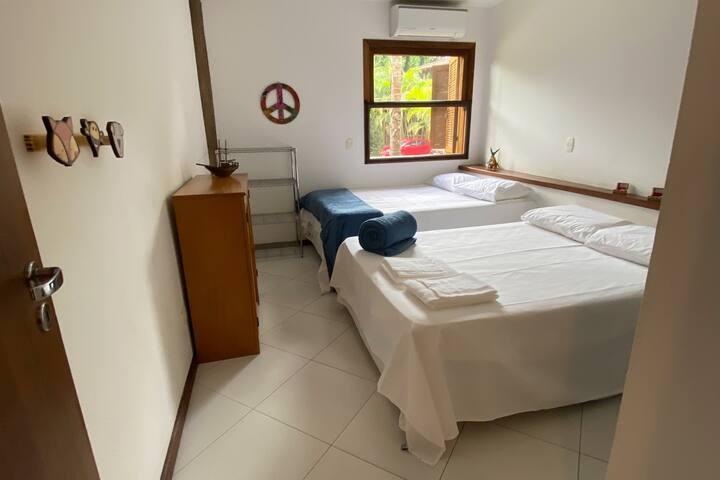Suíte master toda mobiliada, duas camas de casal super confortáveis, ar condicionado no quarto.