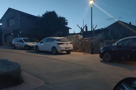 nel corridoio per entrare a  casa ci sono luci con pannelli solari