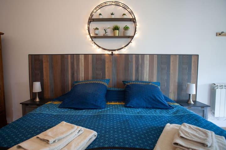 Chambre modulable avec lit double (king size 180). Possibilité d'ajouter un vrai lit d'appoint ou un lit bébé.