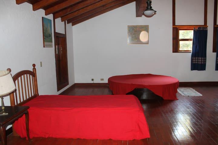 Quarto com 3 camas (Segundo andar).