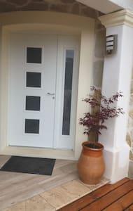 Accès facile pour personnes à mobilité réduite. La porte est large. Une chambre, une salle de bain et un toilette sans escalier
