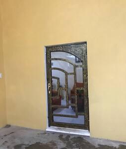 La puerta es amplia y permite el acceso libre incluso personas que ocupen silla de ruedas.