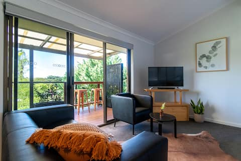 Treetop coastal retreat-walk to cafes + beaches