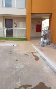 Edifício com rampa de acesso para cadeirantes.