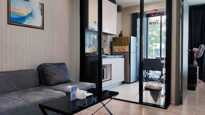 市中心&海滨路精装一居温馨公寓,顶楼无边海景泳池,专属客服服务/提供订车、票务及周边攻略!