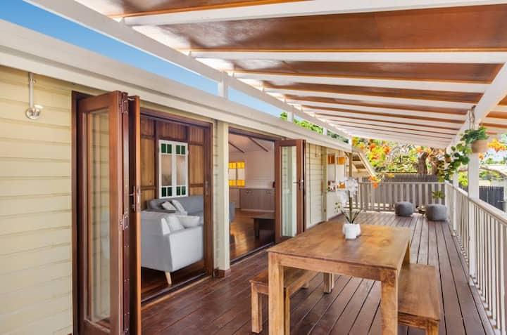 Stylish & Comfortable Heritage Qlder A/C NBN Deck