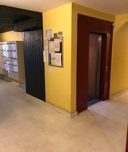 Accès au logement par l'ascenseur ou les escaliers.