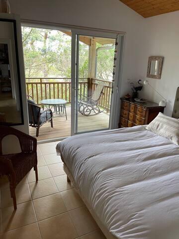 La chambre Sud, à l'étage, ouverte sur la terrasse couverte et son grand lit de 160 X 200