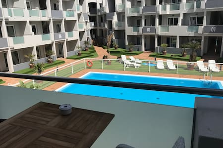 Brede paden van ingang en zwembad, appartement ligt wel op de eerste verdieping.