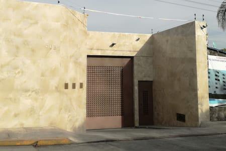 La entrada con vigilancia