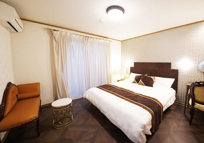 寝室は2つ クイーンベッドが自慢です 2 bed rooms are available.  This is Bed room A which has 1 double sized bed.(Queen size in Japan standard)