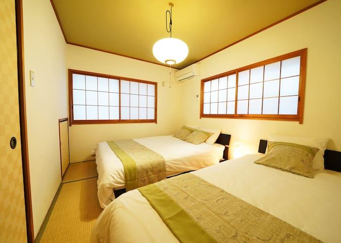 2つめの寝室は、和室にベッド2台 くつろげると評判です Bed room B has 1 single bed + 1 semi double bed on Tatami.  You can sleep peacefully .
