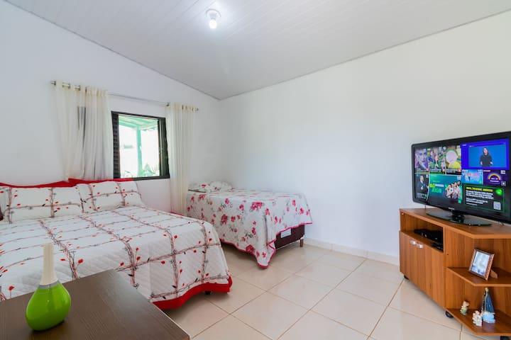Quarto com cama de casal e 1 cama de solteiro e tv led 42 polegadas com Oi tv e netflix