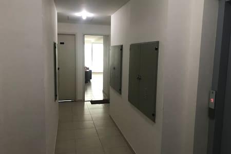 O corredor de acesso ao apartamento tem largura compatível com cadeiras de rodas