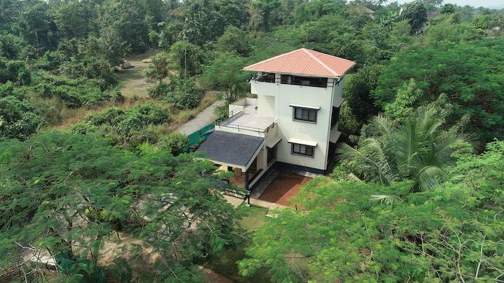 Peaceful villa an hour away from Mumbai.