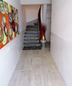 Entrada da a las escaleras que te llevan al departamento