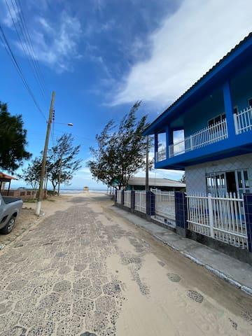 Apartamento com dois quartos na beira da praia
