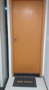 Porta de acesso ao apartamento.