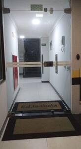 Acesso do portão de pedestres ao hall do prédio.