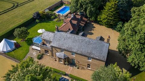 Luxury Farmhouse: Hot tub, Pool, Tennis, sleeps 12