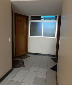 porta com dimensões adequadas para os hóspedes