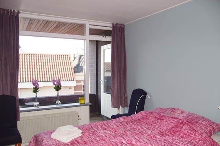 Kamer met balkon met tweepersoonsbed van 140 x 200