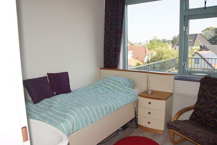Éénpersoonskamer met bed van 90 x 200 en uitzicht op het kasteel