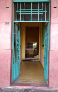 La entrada del  edificio mide 1.70 mts de ancho