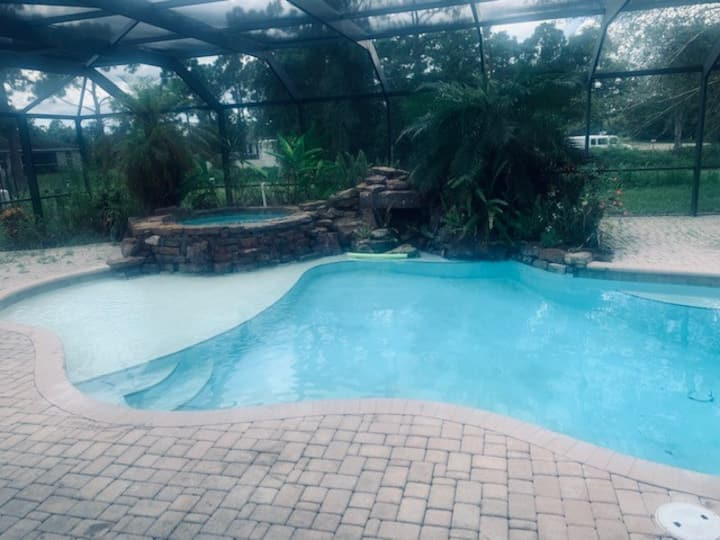 Cozy bedroom with pool for rent close to Ft Myers